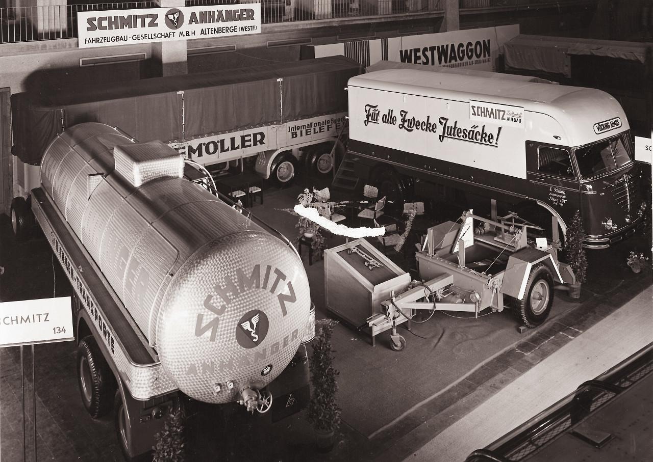 Ez már 1959, Schmitz-kiállítási terület az IAA-n, tartányos és platós félpótkocsi, zárt áruszállító és egytengelyes utánfutó a kínálatból