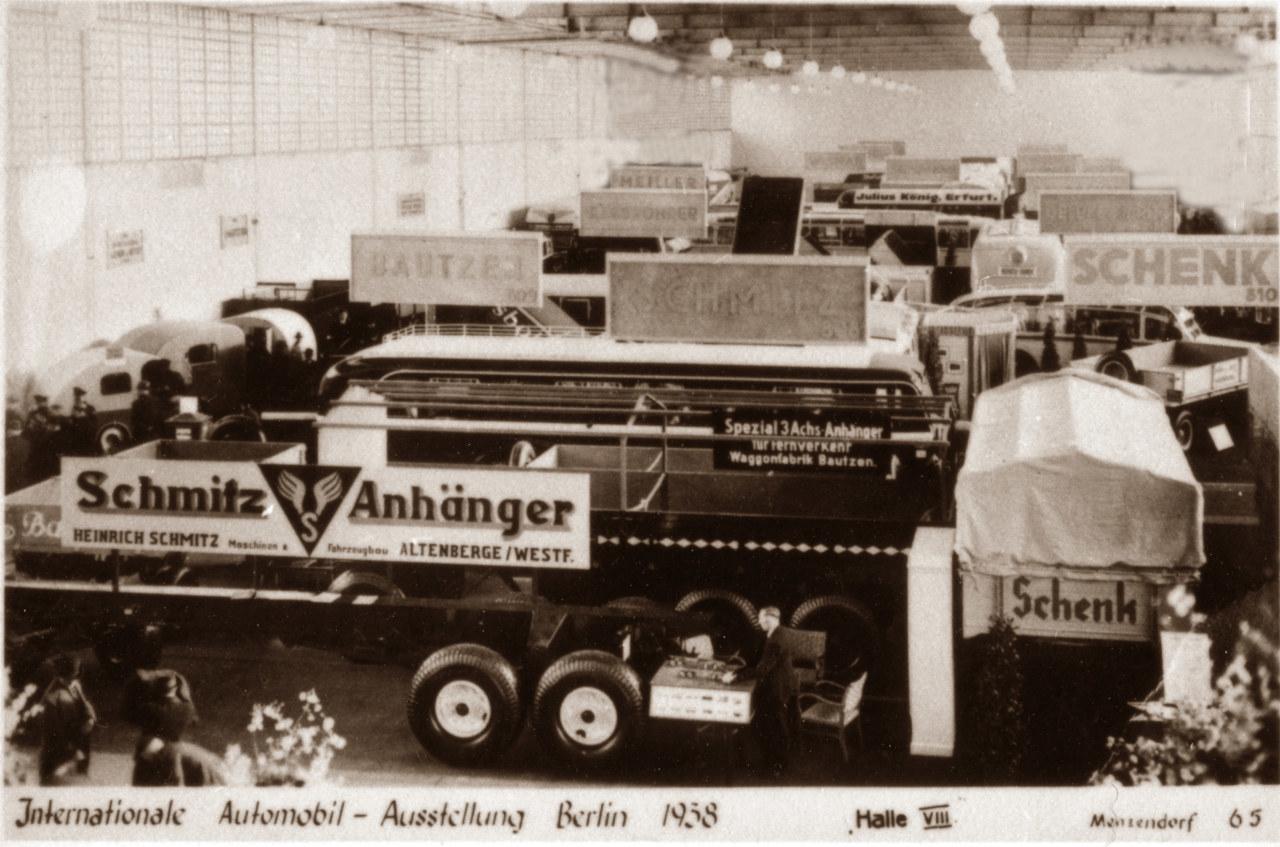 Az 1938-as berlini Nemzetközi Automobil-kiállítás standja, az előtérben egy háromtengelyes félpótkocsi, nemzetközi fuvarozásra
