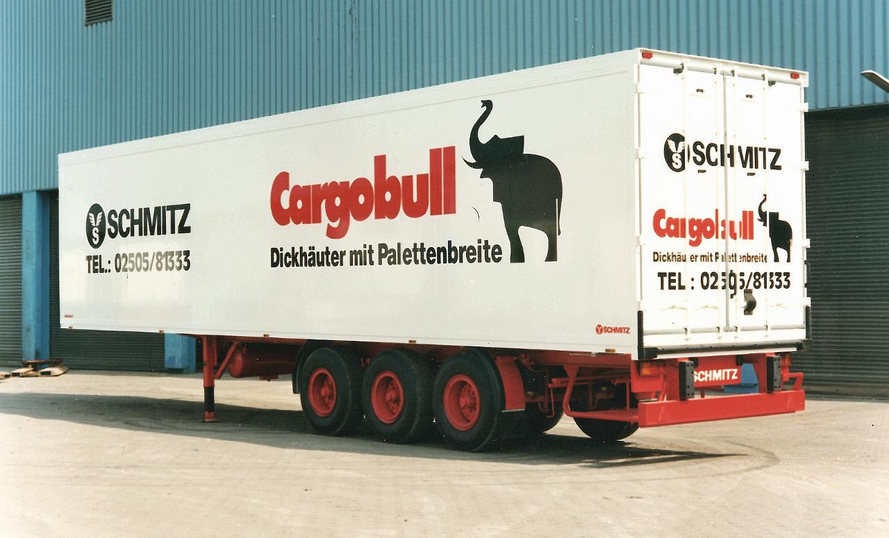 Az elefánt, mint a Schmitz emblémája, totemállata és a robusztusság, munkabírás szimbóluma, 1989 óta díszíti a márka járműveit