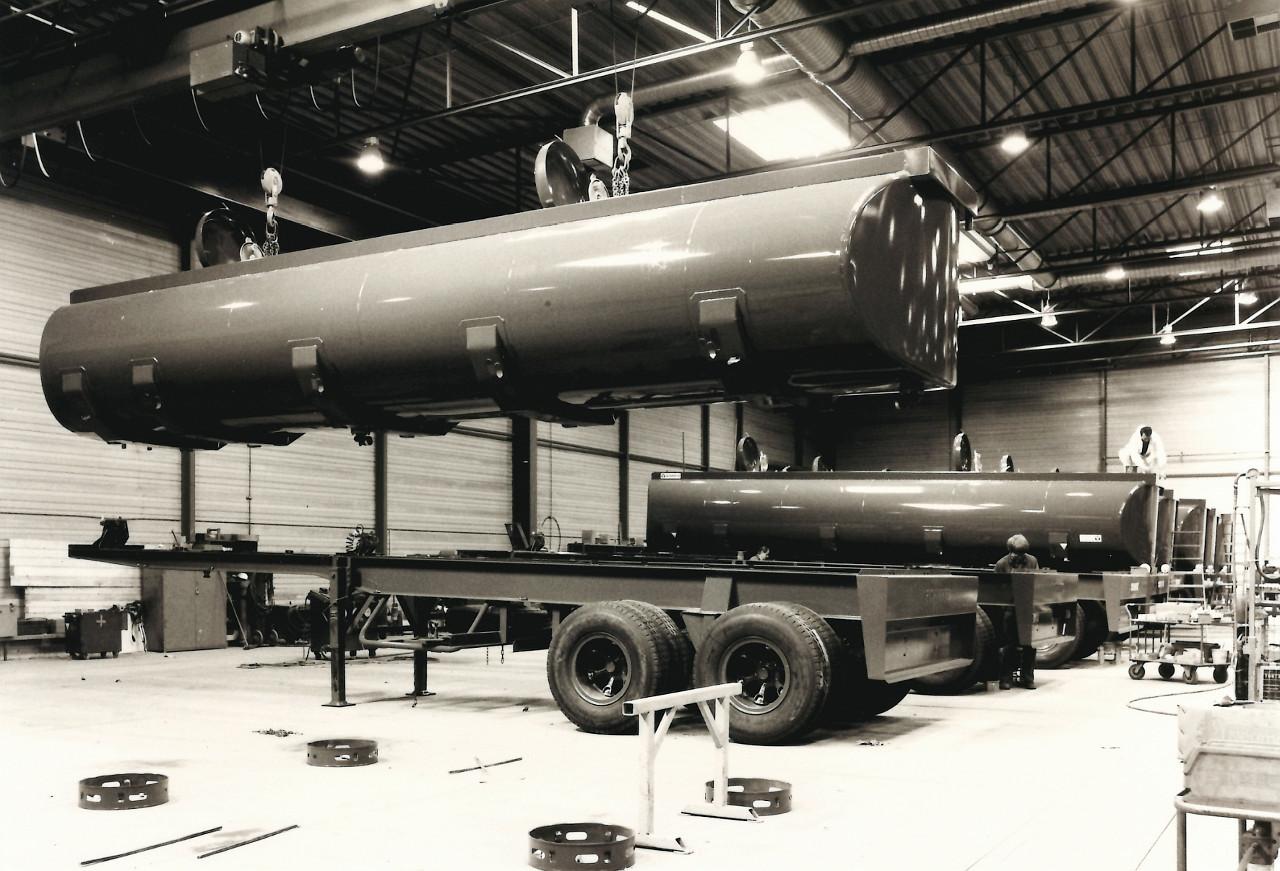 Tartányos félpótkocsik gyártása, 1970-ből. Gondos munka és jól felszerelt csarnok biztosítja a Schmitz pótkocsiktól elvárt minőséget