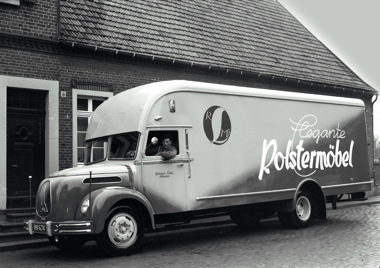 """""""Elegáns kárpitozott bútor"""" szállítására átalakított Magirus teherautó, a vezetőfülke fölé nyúló raktérrel"""