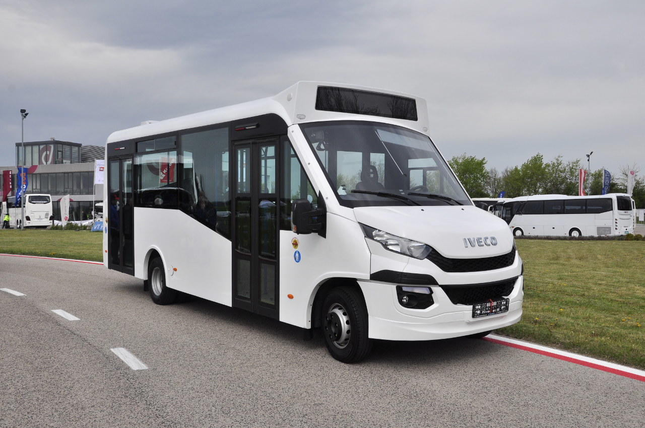 Egy cseh gyártó felépítményezte ezt az alacsonybelépésű városi buszt IVECO Daily 70-es alvázra