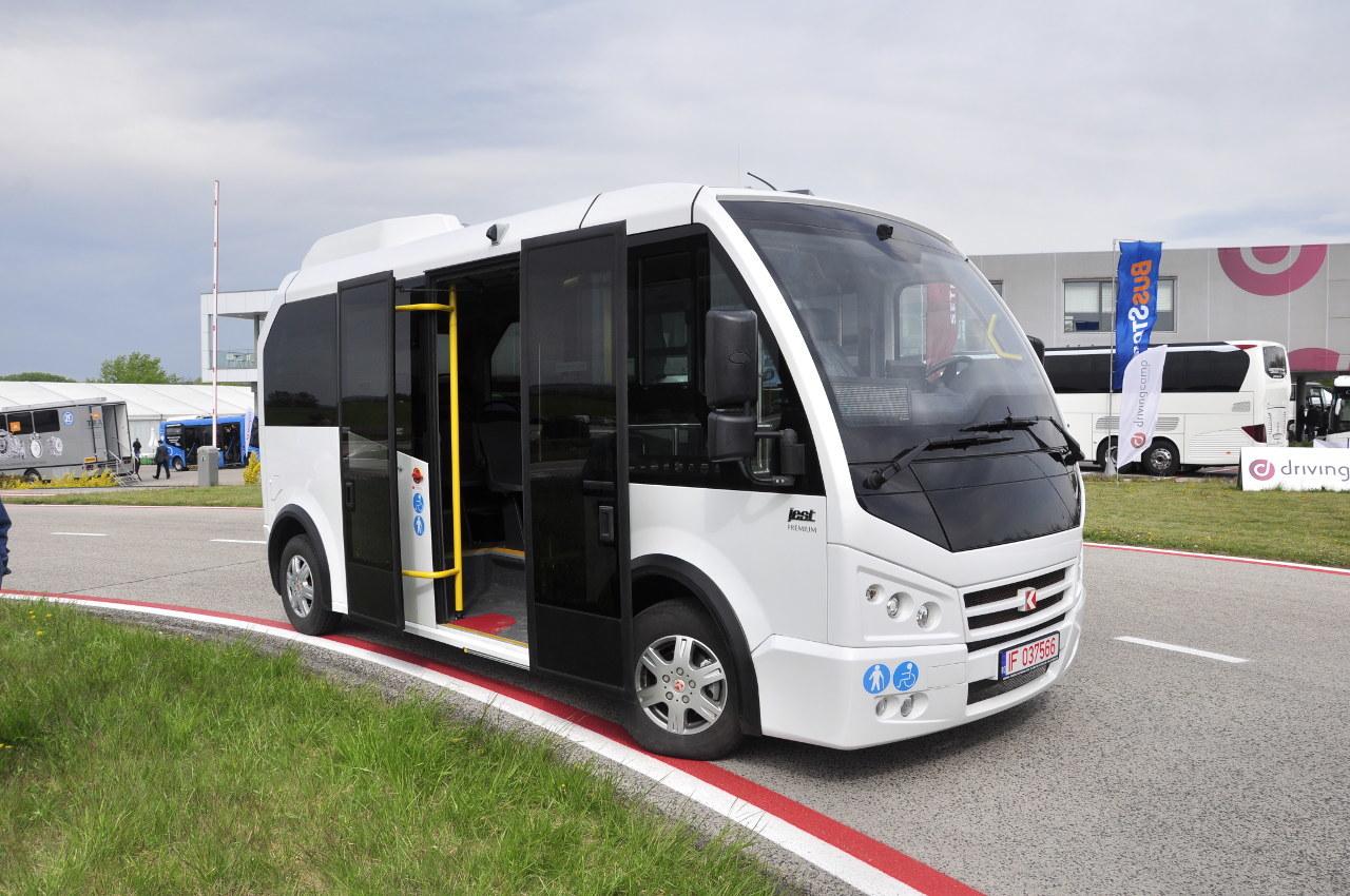 A Karsan Jest alacsonypadlós városi busz csak 5,85 méter hosszú, azonban 11 ülő és 10 álló utast szállíthat