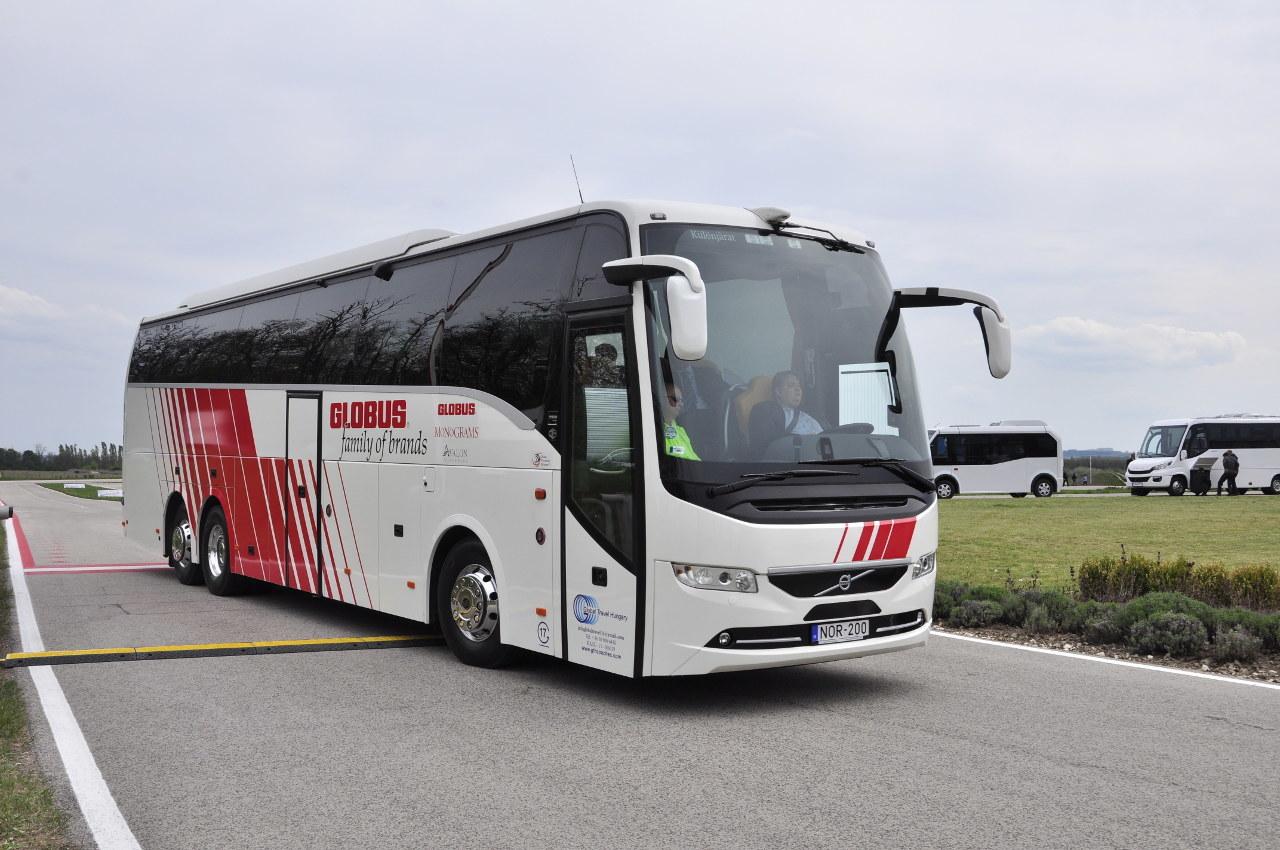 A Volvo 9900 egyik különlegessége a színházpadlós, azaz hátrafelé emelkedő padlójú utastér