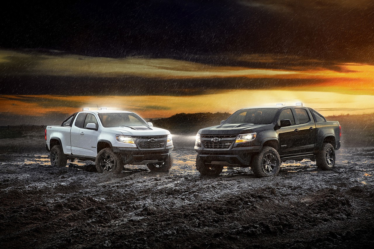 Balra, fehérben a Chevrolet Colorado ZR2 Dusk, jobbra, feketében a ZR2 Midnight
