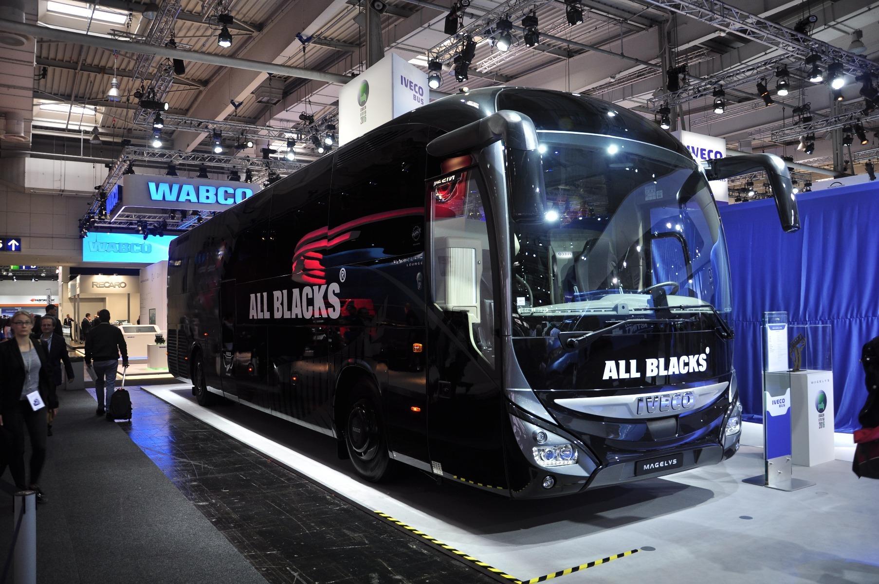 A 2016-os Év Autóbusza díjjal kitüntetett IVECO Magelys All Blacks kivitelben díszelgett a standon