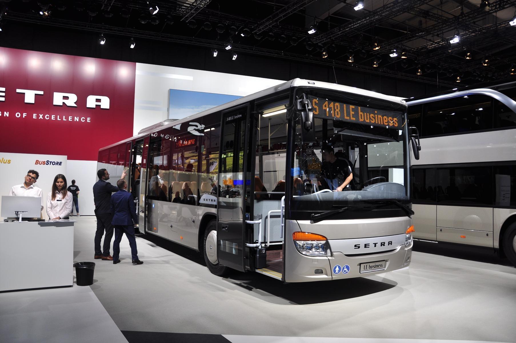 A Setra S 418 LE business 14,64 méteres, háromtengelyes, alacsonybelépésű busz akár száz férőhelyet is kínálhat