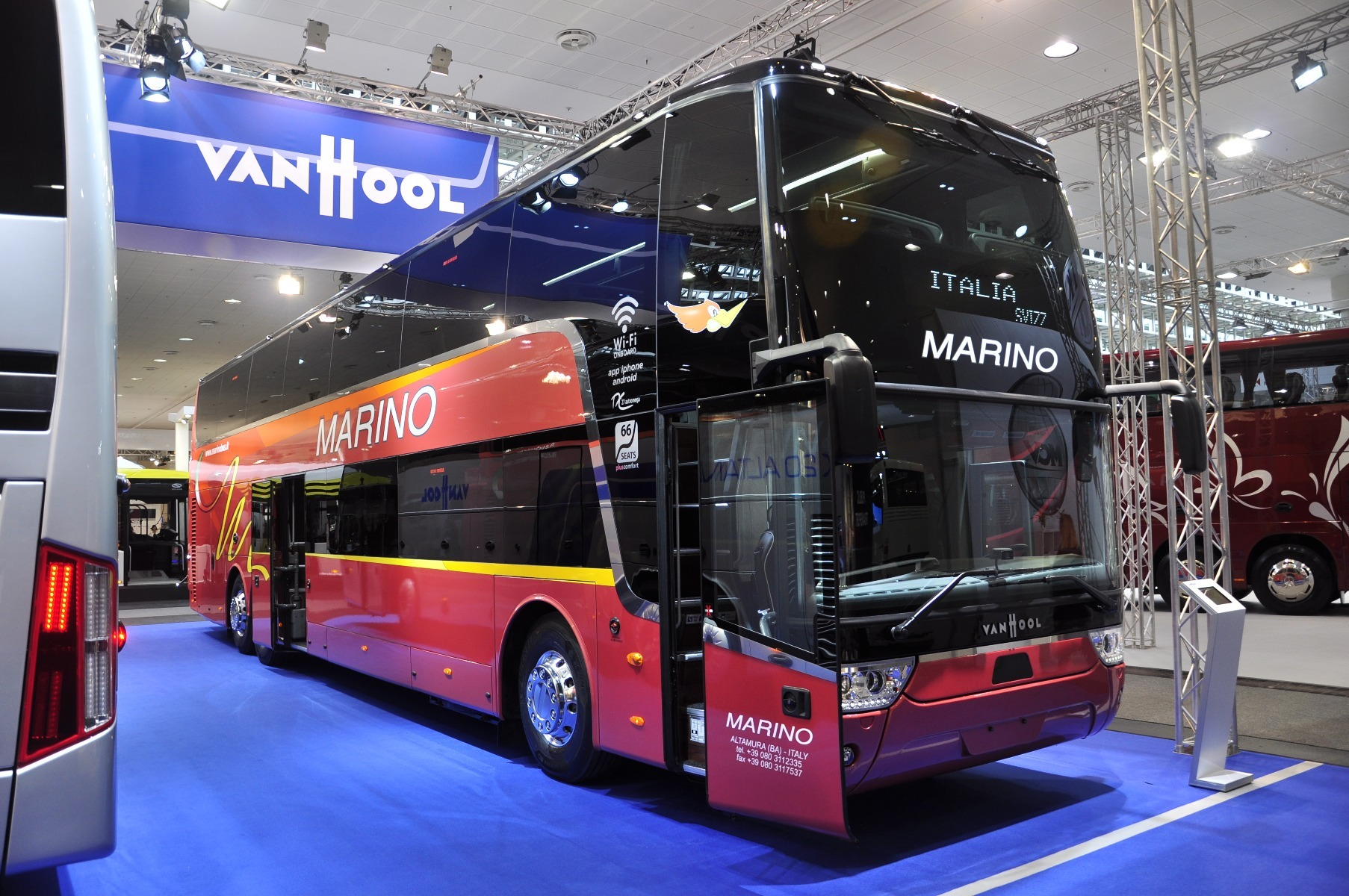 A Van Hool TDX 27 Astromega emeletes buszban 63 26 1 1 ülés is elhelyezhető, csomagtere 7,2 köbméteres