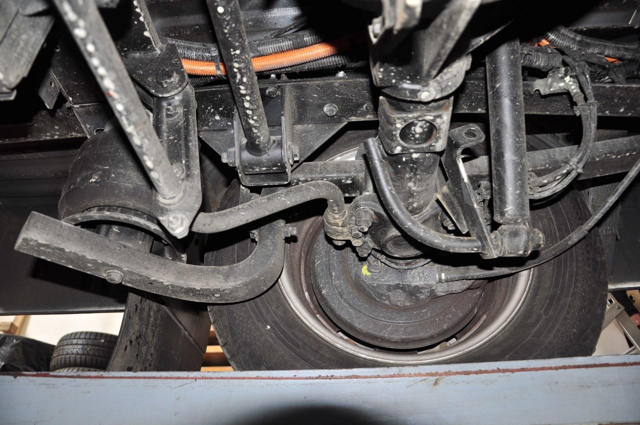Tesztautónk légrugós hátsó felfüggesztést kapott, amely érezhetően kényelmesebbé tette az üres furgon rugózását, miközben a jármű menetstabilitását is kiválónak találtuk