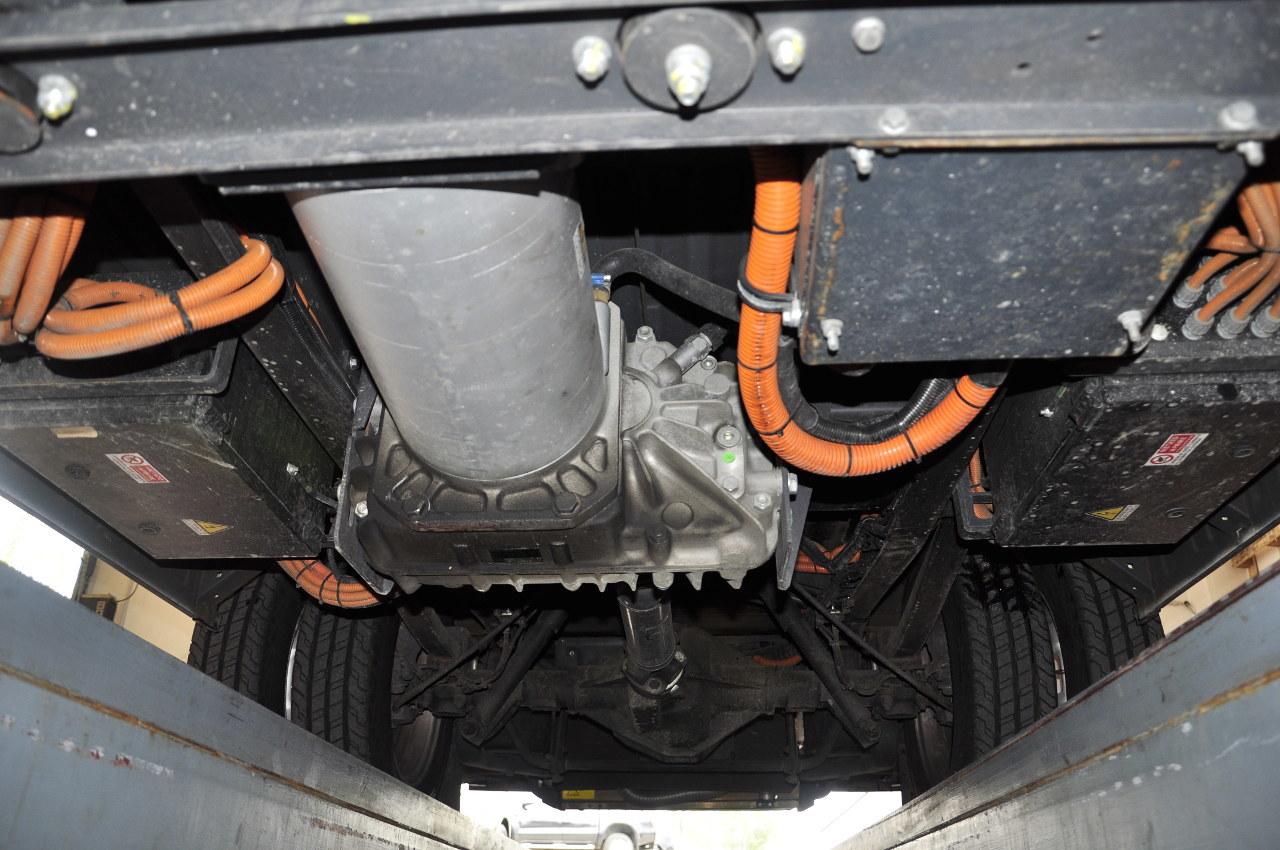 Rendkívül kompakt a 80 kilowattos villanymotor, amely egy fordulatszám-csökkentő áttételen keresztül hajtja a hátsó tengelyt