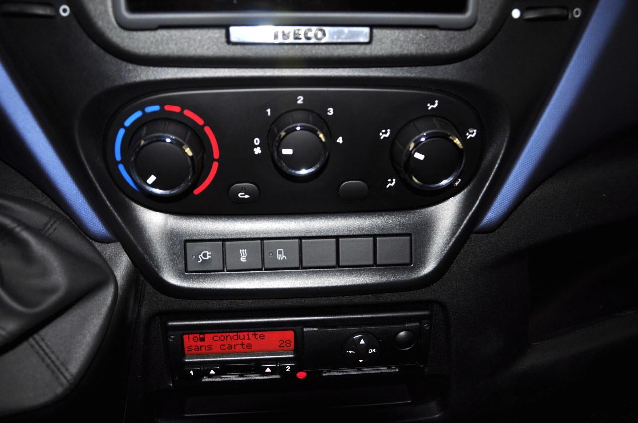 Az elektromos fülkefűtés kapcsolója a középkonzol alsó részén található. A középkonzol alján még jól látható és elérhető a digitális tachográf. Légkondicionálót nem szereltek a járműbe, hiszen ennek jelentős energiaigénye tovább csökkentené a hatótávolságot