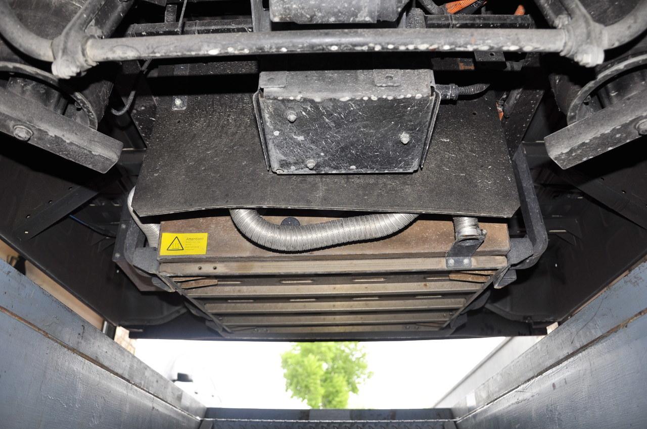 A hajtásrendszer elemei, beleértve a költséges akkumulátorokat is, az alváz hossztartói között, a sérülésektől lehető legjobban védve és a jármű tömegközéppontját csak előnyösen befolyásolva helyezkednek el