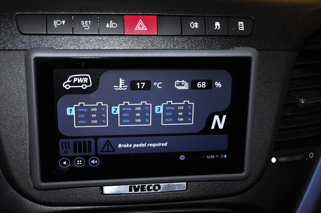 A táblagépen külön-külön is leolvasható az egyes akkumulátorok töltöttsége, illetve üzemi hőmérséklete