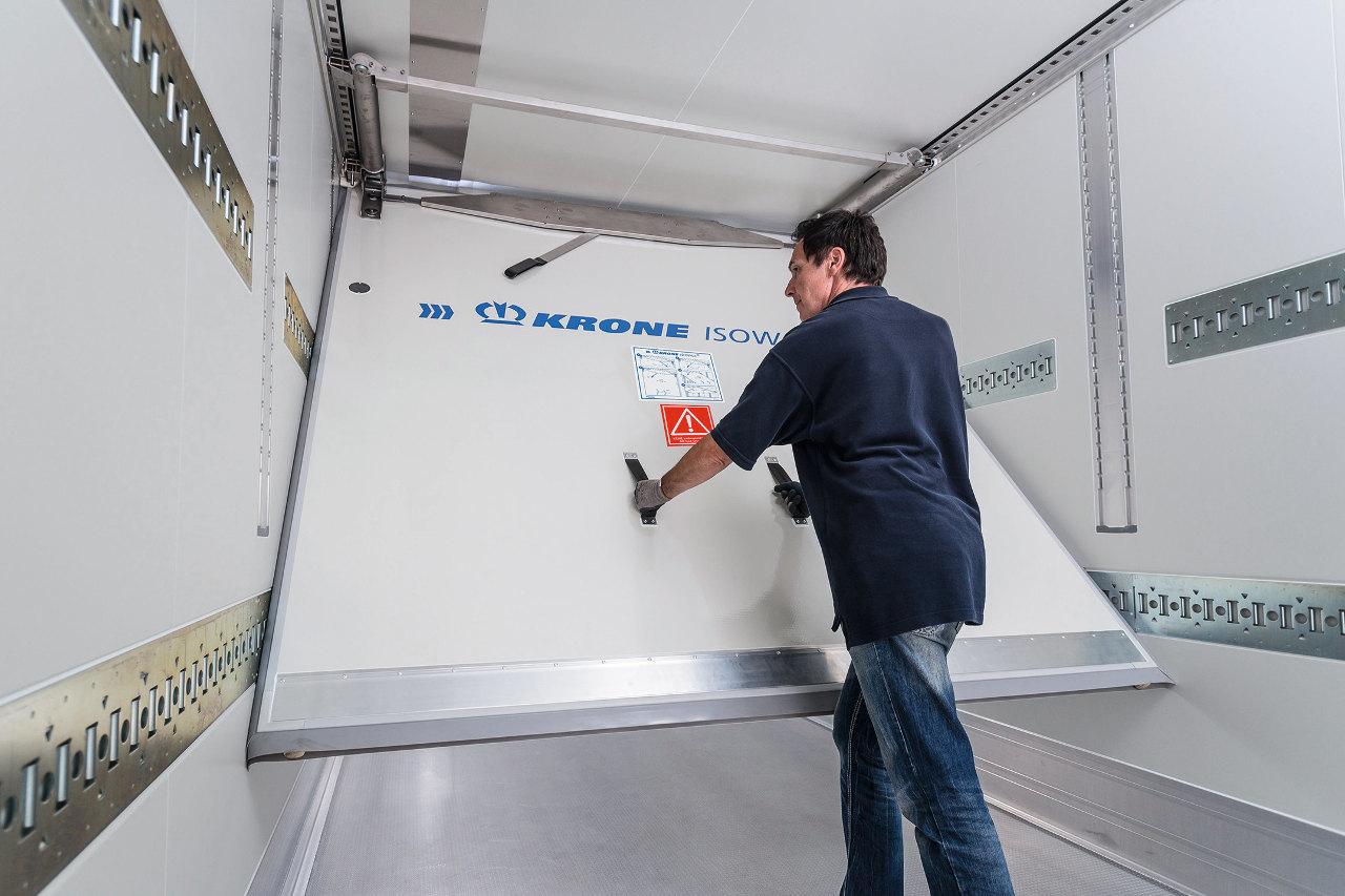 A továbbfejlesztett Isowall PLUS elválasztó fal 120 kilogrammal kisebb tömegű, jobb hőszigetelő képességű és könnyebben használható, mint elődje