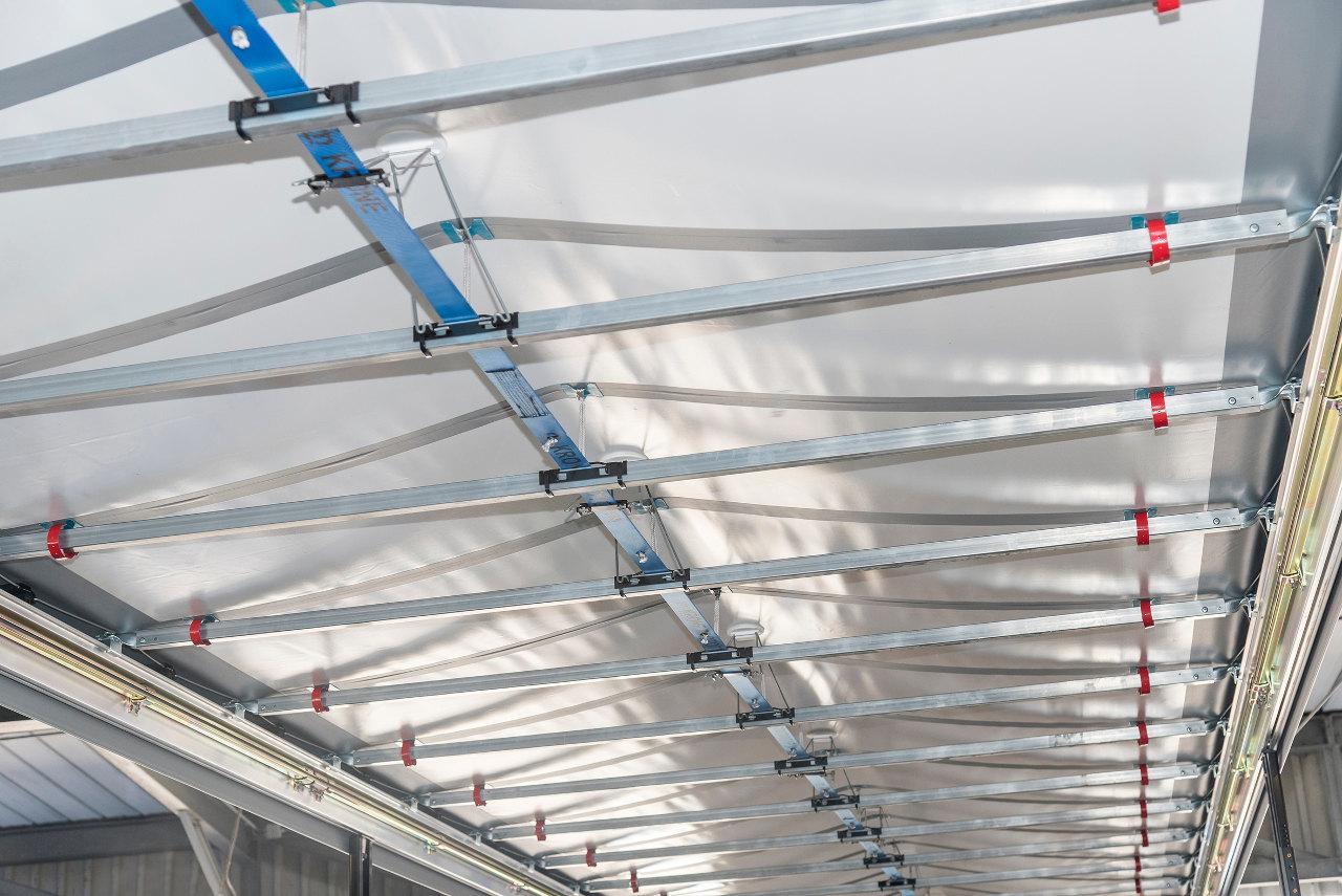 Az új Ice Protect Easy rendszer lényege, hogy a korábbi légcsatornás megoldás helyett villanymotorral működtetett mechanikus emelőkarokkal lehet 18 centiméterrel kiemelni a tetőponyva gerincét a jégképződés megelőzésére