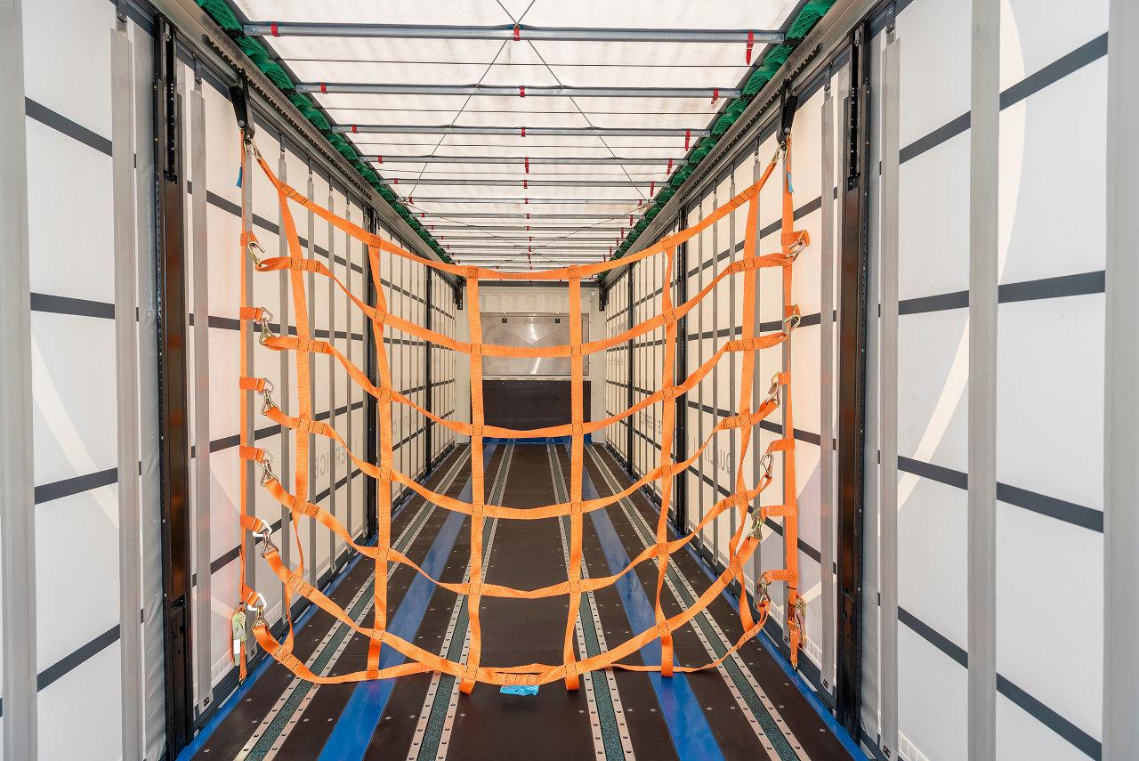 Az új Multi Grid rakományrögzítő rendszer nem akadályozza a tető elhúzását vagy megemelését, és használaton kívül könnyen, gyorsan eltávolítható