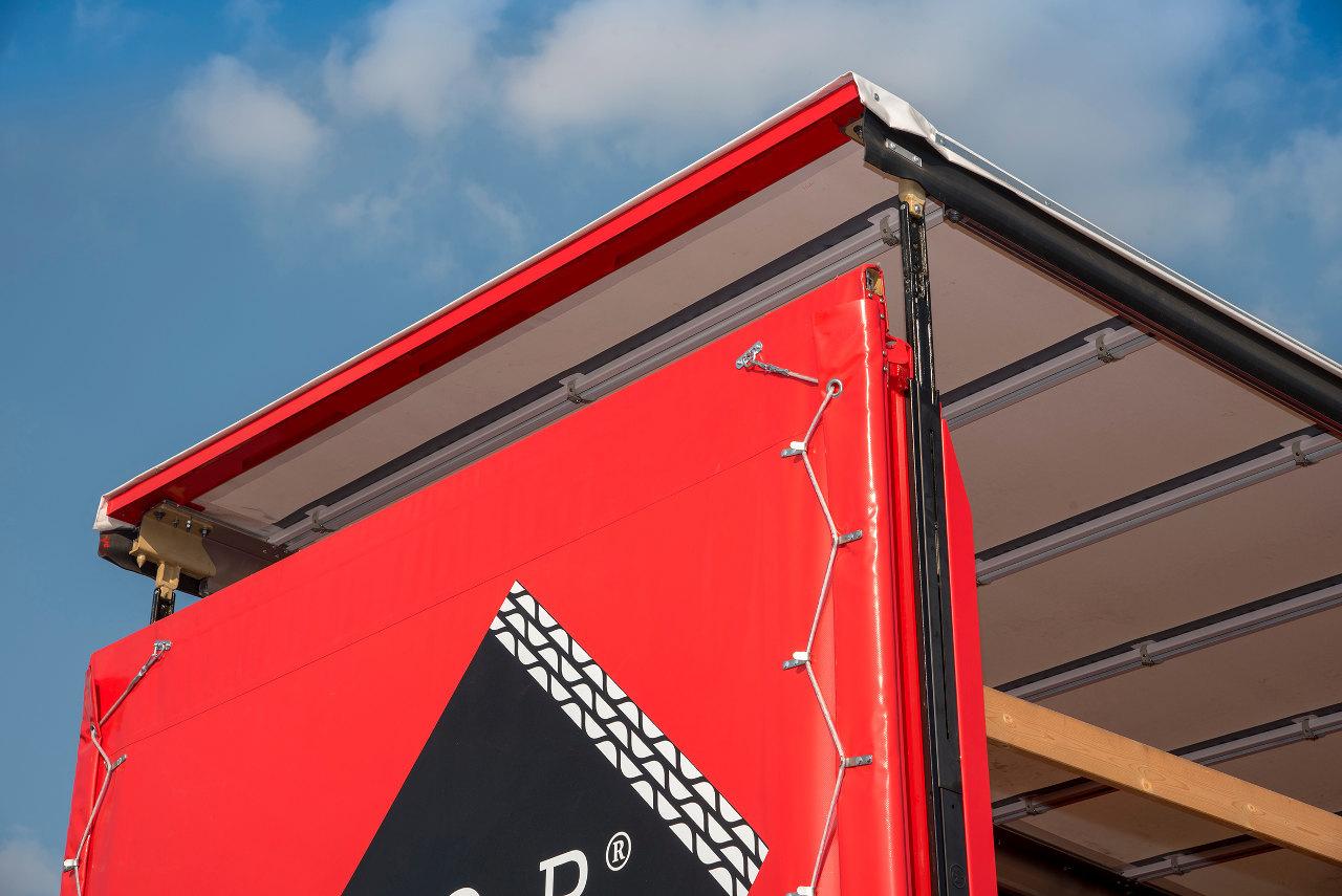 A ponyvás cserefelépítmények újfajta kialakítású hátsó tetőtartó oszlopai révén gyorsabban rakodható oldalról a jármű, valamint a hátfalnál nagyobb a rakodási magasság