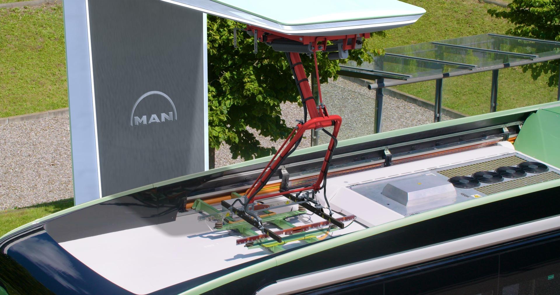 Pantográfos áramszedővel tölti fel magát az MAN elektromos busza a megállókban