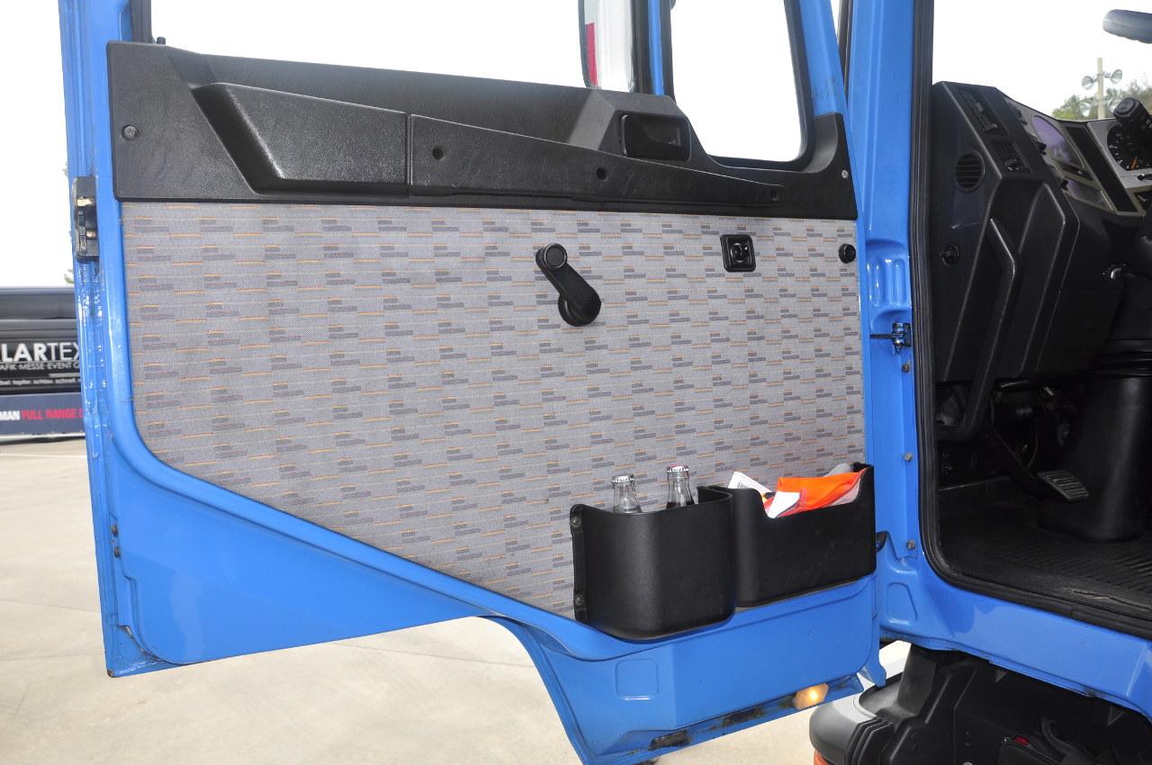 Az F90 ajtóburkolatán még nem vitték túlzásba a tárolóhelyeket, viszont a visszapillantó tükrök motorosan állíthatók