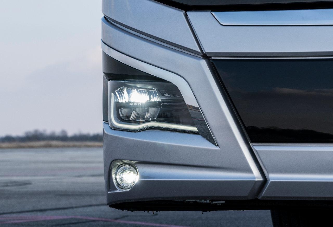 A LED-es fényszórók ötven százalékkal nagyobb fényerejűek a halogén izzókhoz képest, hosszabb területet világítanak meg az úton és élettartamuk elérheti a tízezer üzemórát is. Elegáns részlet, hogy a lámpatesten is megjelenik az MAN logó
