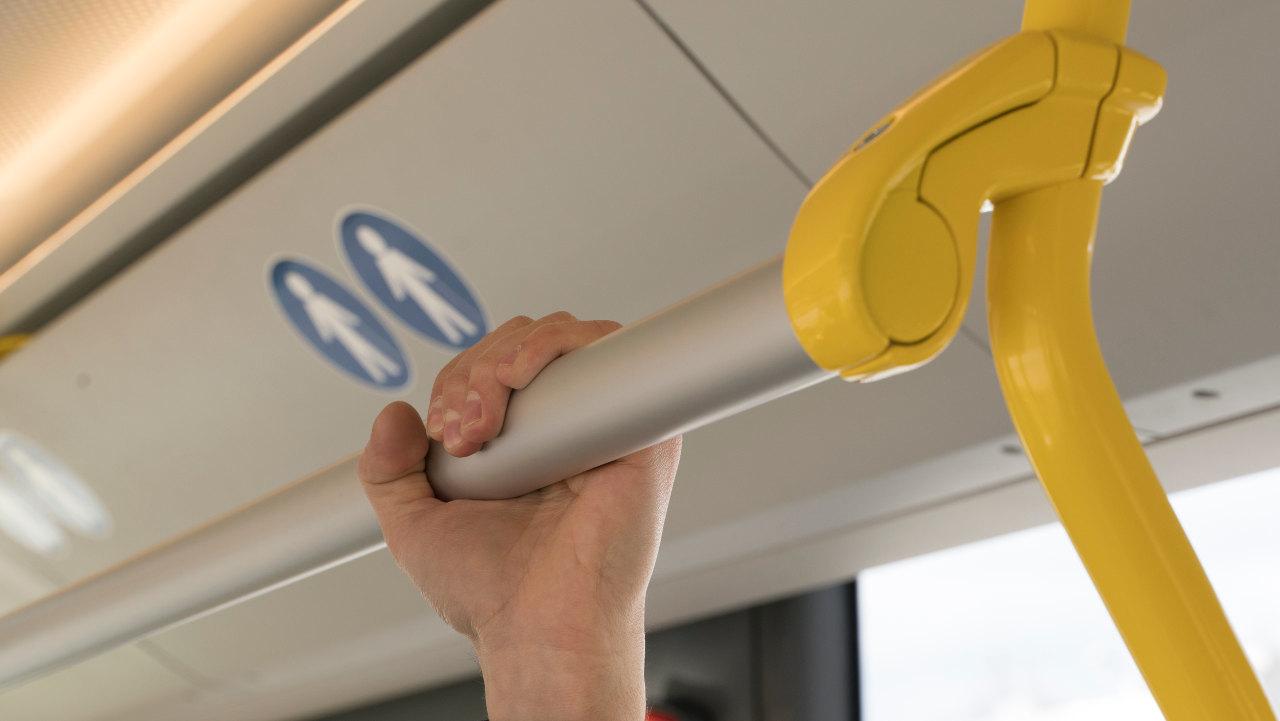 A felső kapaszkodók ovális keresztmetszetűek, így ergonomikusabb fogást biztosítanak