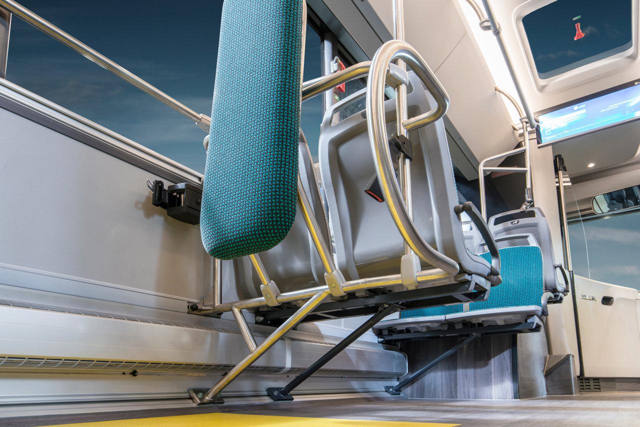 Az új üléstartó konzolok, amelyek az oldalfali sínekhez kapcsolódnak, egyrészt szabadabb teret nyújtanak az utasoknak, másrészt megkönnyítik a jármű takarítását. Adapterek segítségével bármelyik ülés könnyen és rugalmasan áthelyezhető, illetve rögzíthető