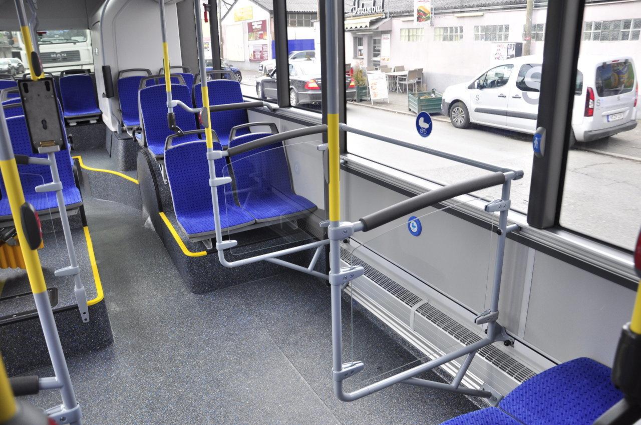 A csuklós változat esetében a harmadik ajtóval szembeni peronon biztonságos helyet teremtettek babakocsival utazóknak
