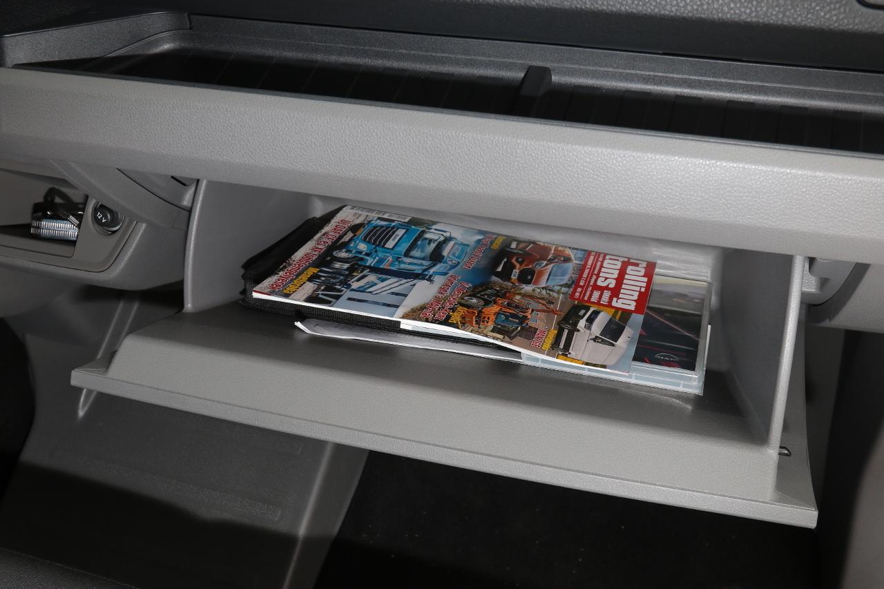 A kesztyűtartó jóval öblösebb az átlagosnál, és itt található a DVD-nyílás, illetve a két SD-kártyanyílás is