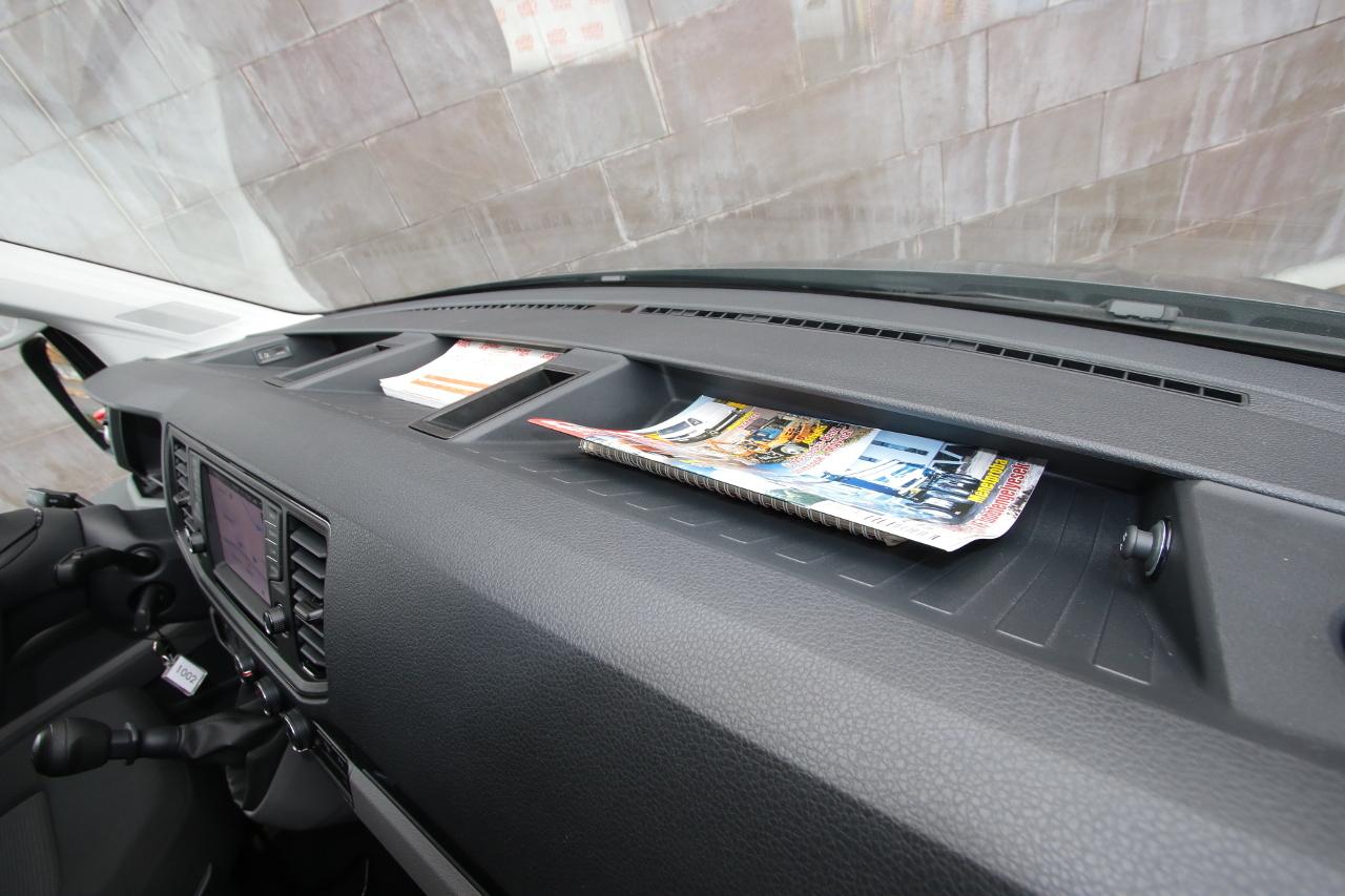A műszerfal tetején három tágas, mély, A4-esnél nagyobb dokumentumokat is befogadó mélyedés kínálkozik, 12 voltos, illetve USB- és AUX-csatlakozóval, kétoldalt egy-egy mély italtartóval keretezve