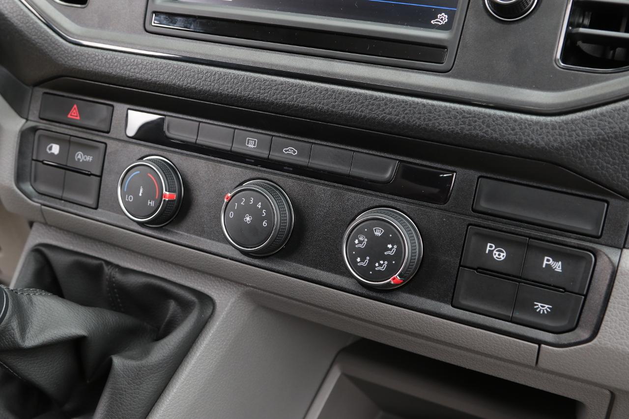 A középkonzolról külön kapcsolóval aktiválhatók a parkolást segítő asszisztensek