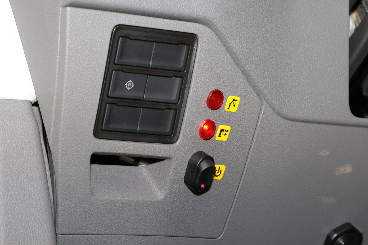 A műszerfalba beépítettek egy kapcsolót a szivattyú aktiválásához és két visszajelző lámpát, amelyek a letalpalók és a daru helyzetéről tájékoztatnak, nehogy a gépkocsivezető kint felejtett talpalókkal vagy felemelt daruval induljon el