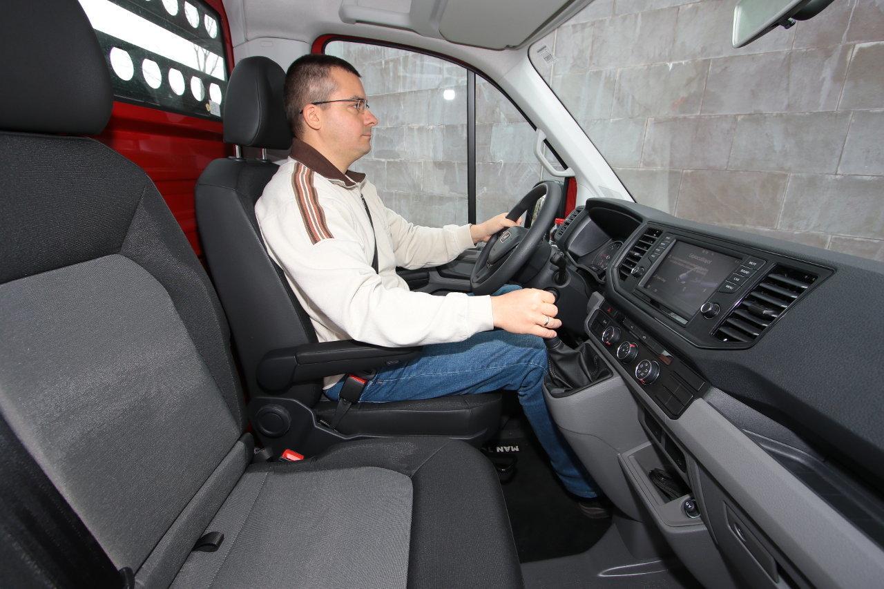 A belsőtér néhány centiméterrel magasabb és hosszabb, mint a zárt furgon esetében