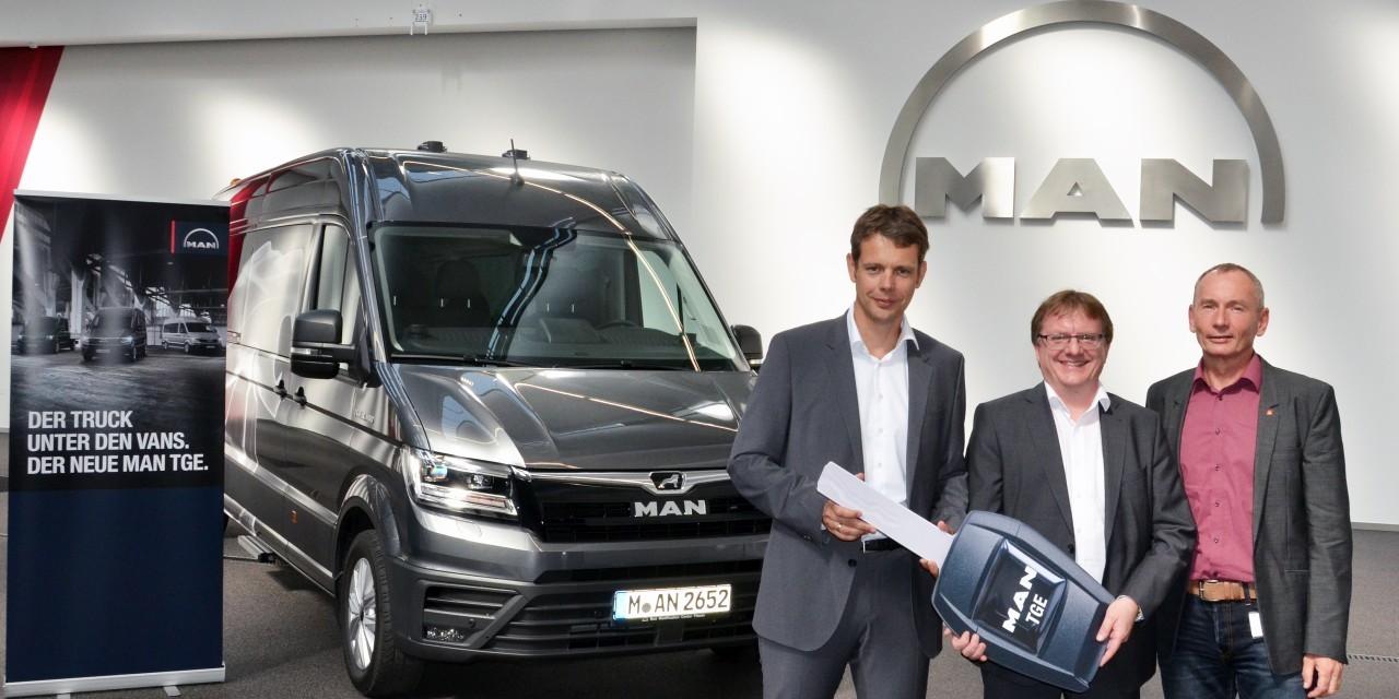 Balra Martin Zaindl régióvezető fogadja a jelképes óriáskulcsot az egyedi járművet gyártó BMC képviselőitől: középen Wolfgang Aigner, jobbra Frank Hilpert