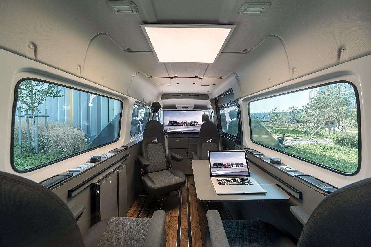 Az utastér-világításon túl külön LED-lámpatestek kaptak helyet az asztalok fölött