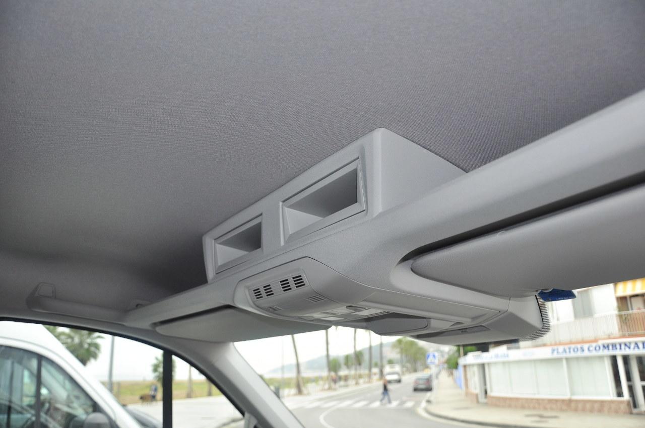 A tetőpolc is jól kihasználható, akár két DIN-méretű készüléket is fogadhat