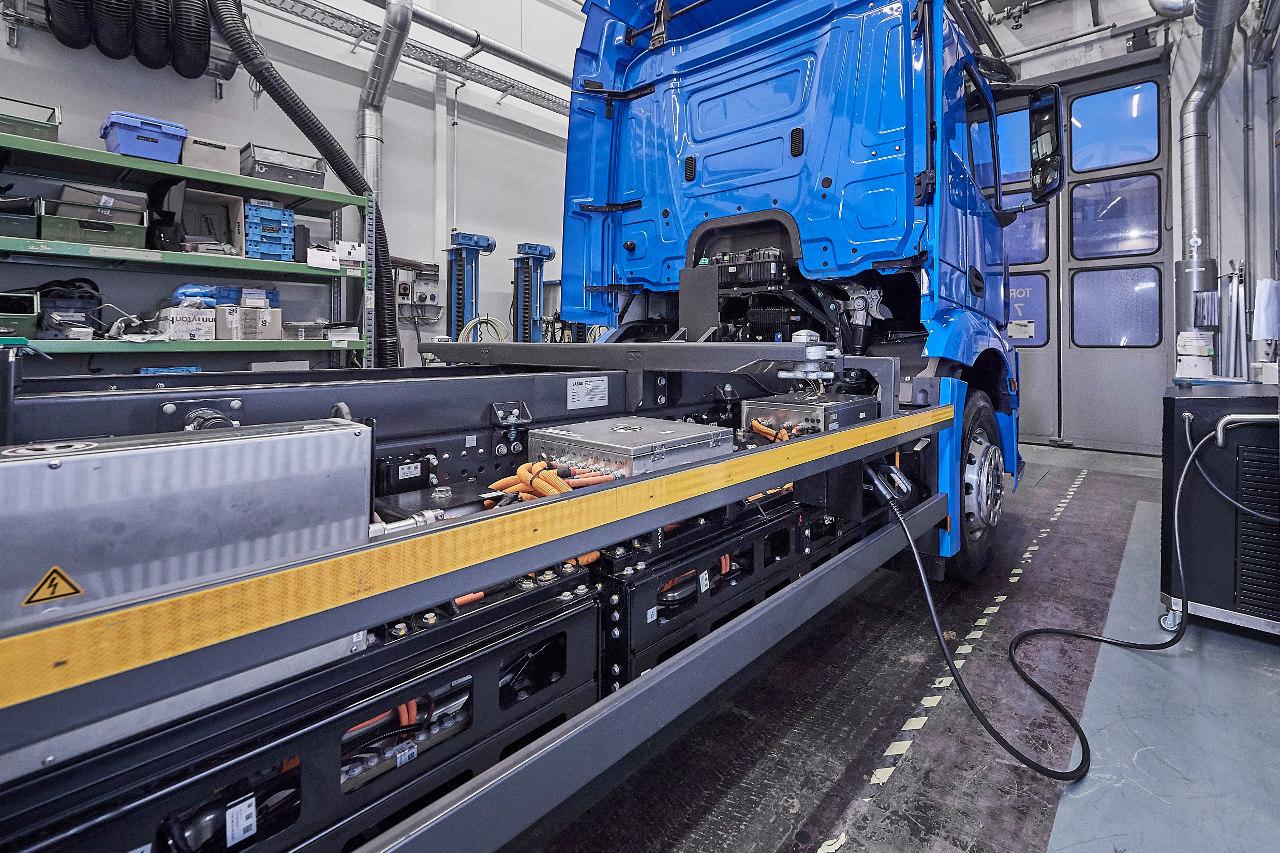 Oldalütközéskor acélelemek védik sérüléstől a nagyfeszültségű akkumulátorokat