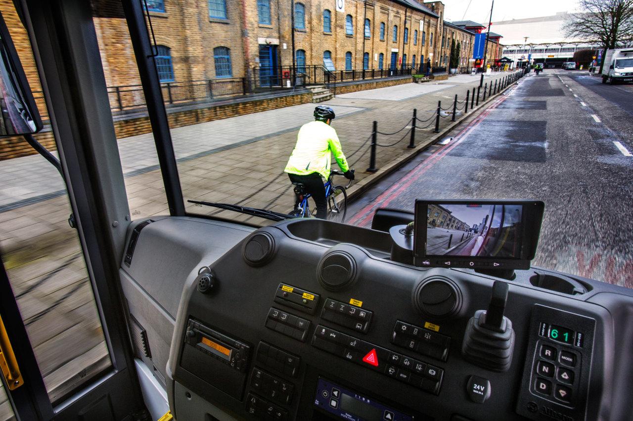 Az Econic fülkéjéből sokkal könnyebben észre lehet venni a gyalogosokat és a kerékpárosokat a városi forgalomban, mint például egy Arocséból. Az oldalsó holtteret figyelő kamera képe a középkonzol tetejére szerelt képernyőn követhető nyomon
