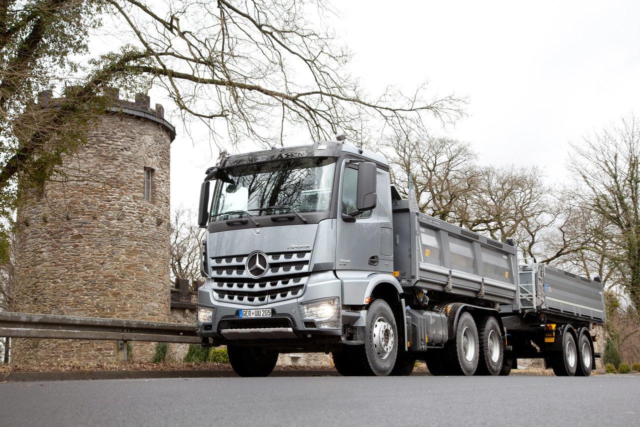 Az Arocs 6x4-es modellek mostantól egyenként 10, illetve 13 tonna teherbírású hajtott tengelyekkel is rendelhetők, 26, illetve 33 tonna megengedett legnagyobb össztömeggel