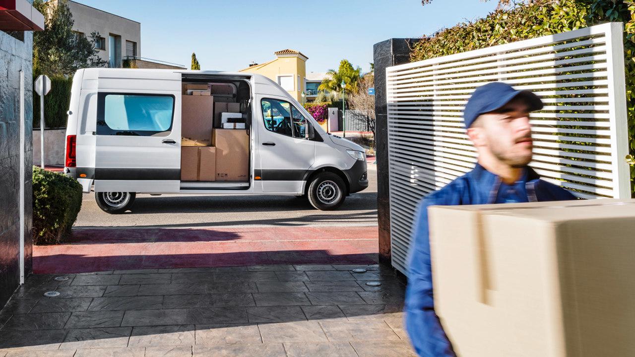Csomagszállítóknak kedvező opciók: Az utasülés elhagyása egyrészről tömegcsökkentő megoldás, valamint így könnyedén és biztonságosan, a járda felé szállhat ki a járművezető. Szintén a gyakori beülést könnyíti meg a laposabb oldalpárnával is választható vezetőülés