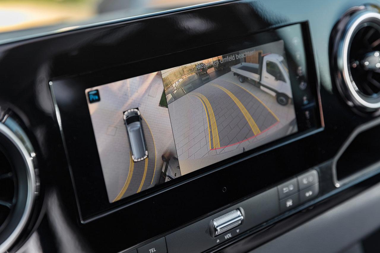 Nagyszerű segítség a biztonságos, gyors és kényelmes tolatáshoz az akár 360 fokos felülnézeti képet is kínáló kamera. Olcsóbb megoldásként a belső visszapillantó tükörben elhelyezett kis képernyőt kínál a típus