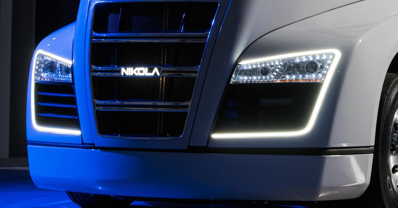 A vontató karakteres fényszórói között a márkanév is világít