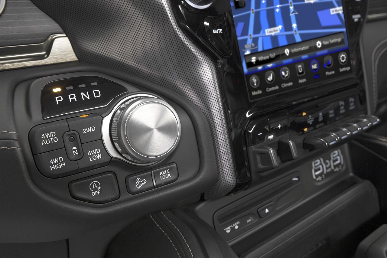 Az automatikus sebességváltó forgókapcsolóval, míg az összkerékhajtás és a terepáttétel nyomógombokkal kezelhető