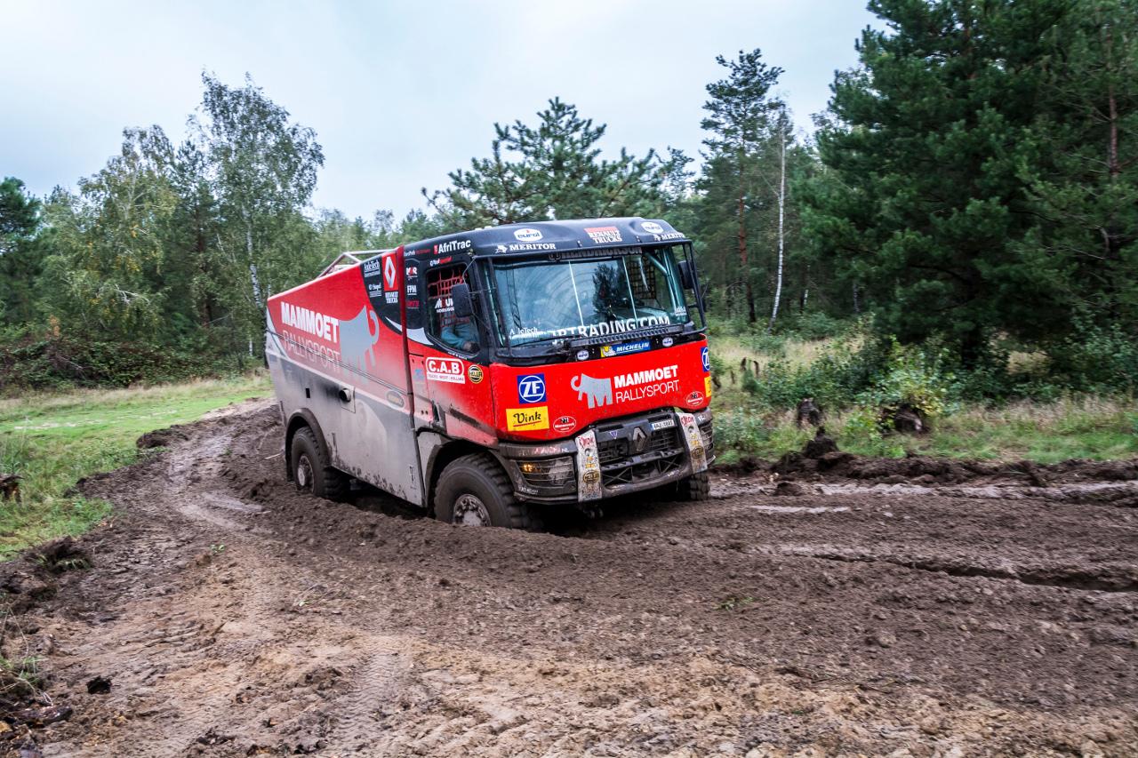 A Renault Trucks K alapokra épített versenykamionnak a legmélyebb sár sem okozott gondot