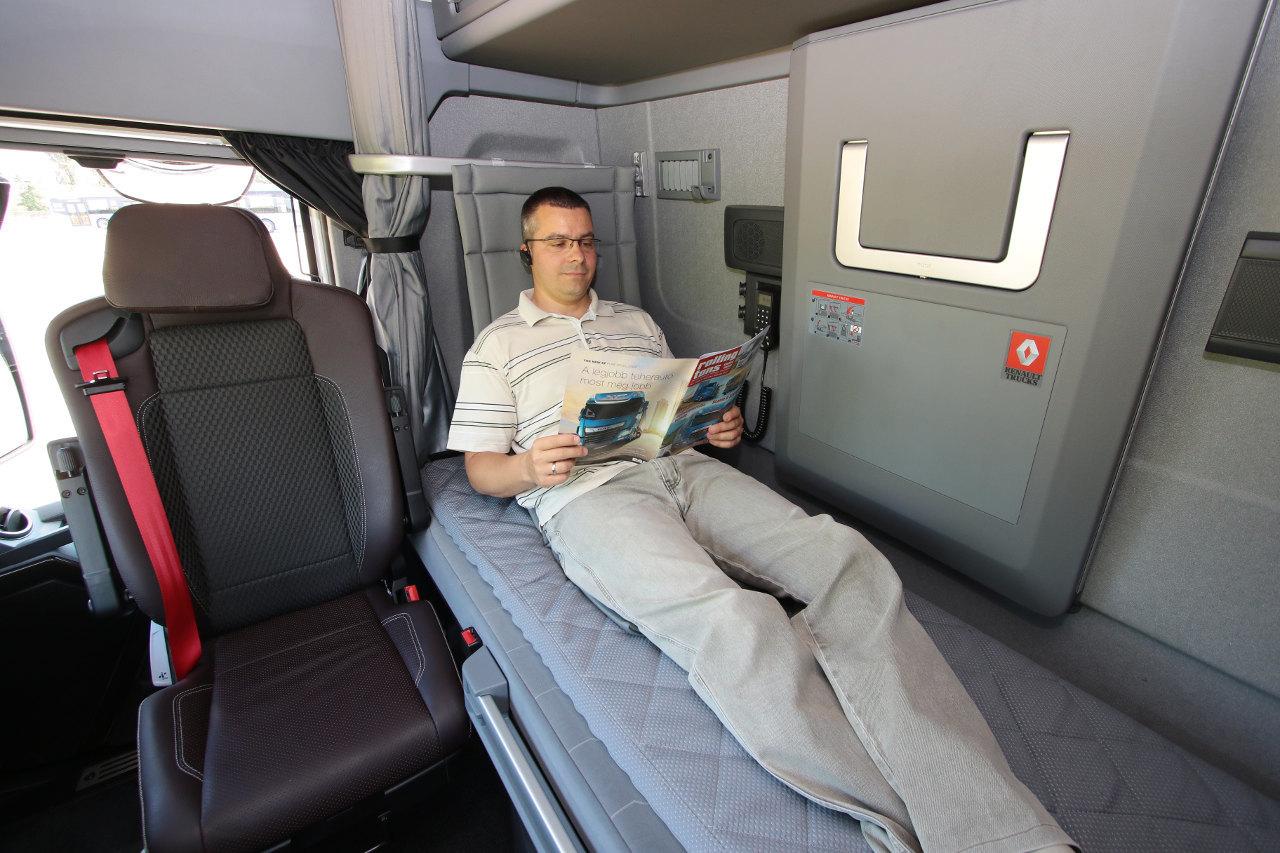 Akár a befordítható, megdönthető utasülésben, akár a háttámlás alsó fekhelyen kényelmesen tölthető a pihenőidő