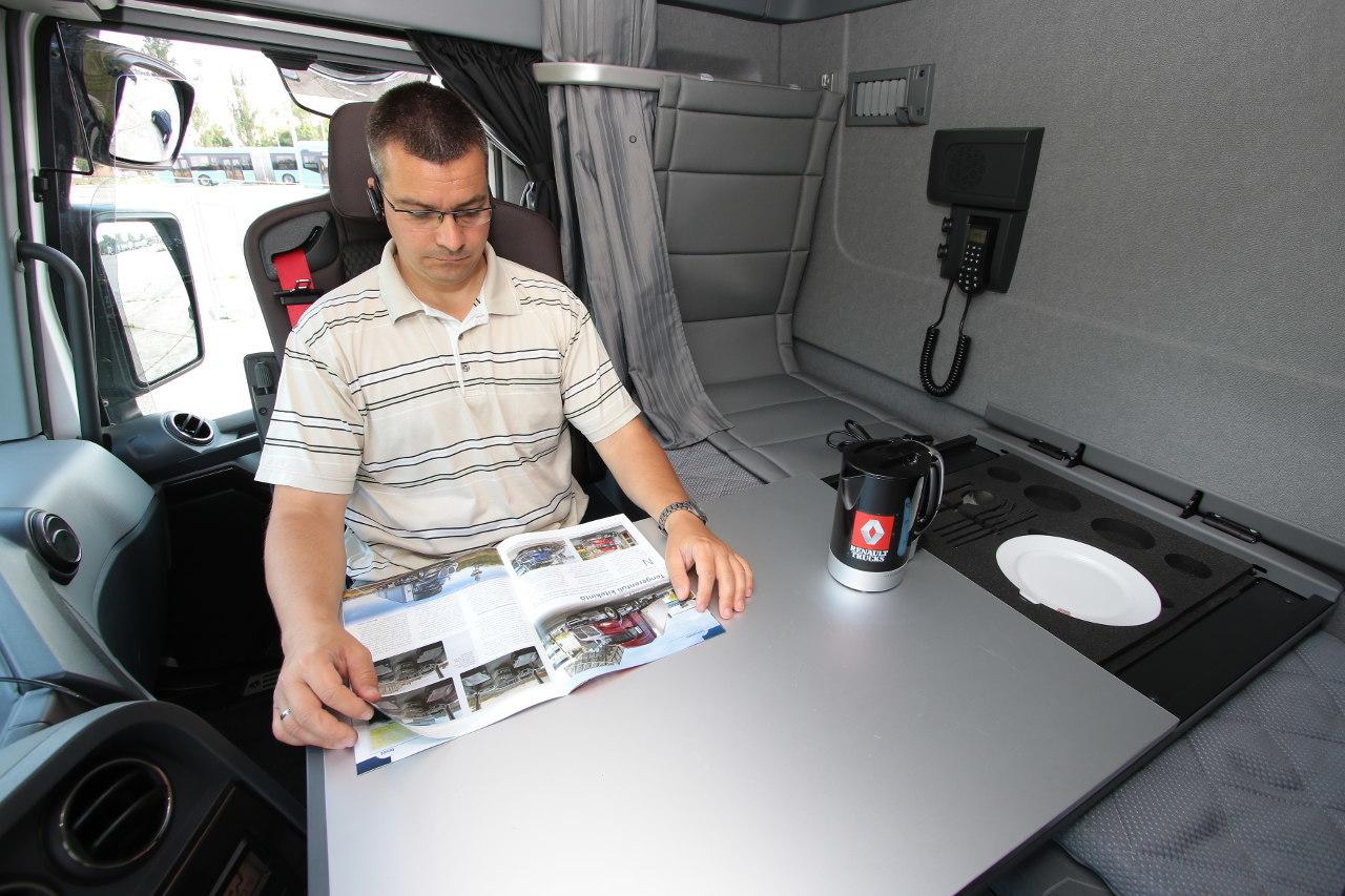 A hátfalról lehajtható méretes asztal segítségével nappalivá, étkezővé vagy dolgozószobává varázsolható a pihenőtér