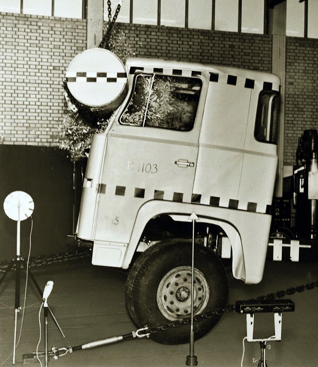 A Scania elsőként vezette be a teherautó-fülkék szigorú, ingasúlyos töréstesztjét