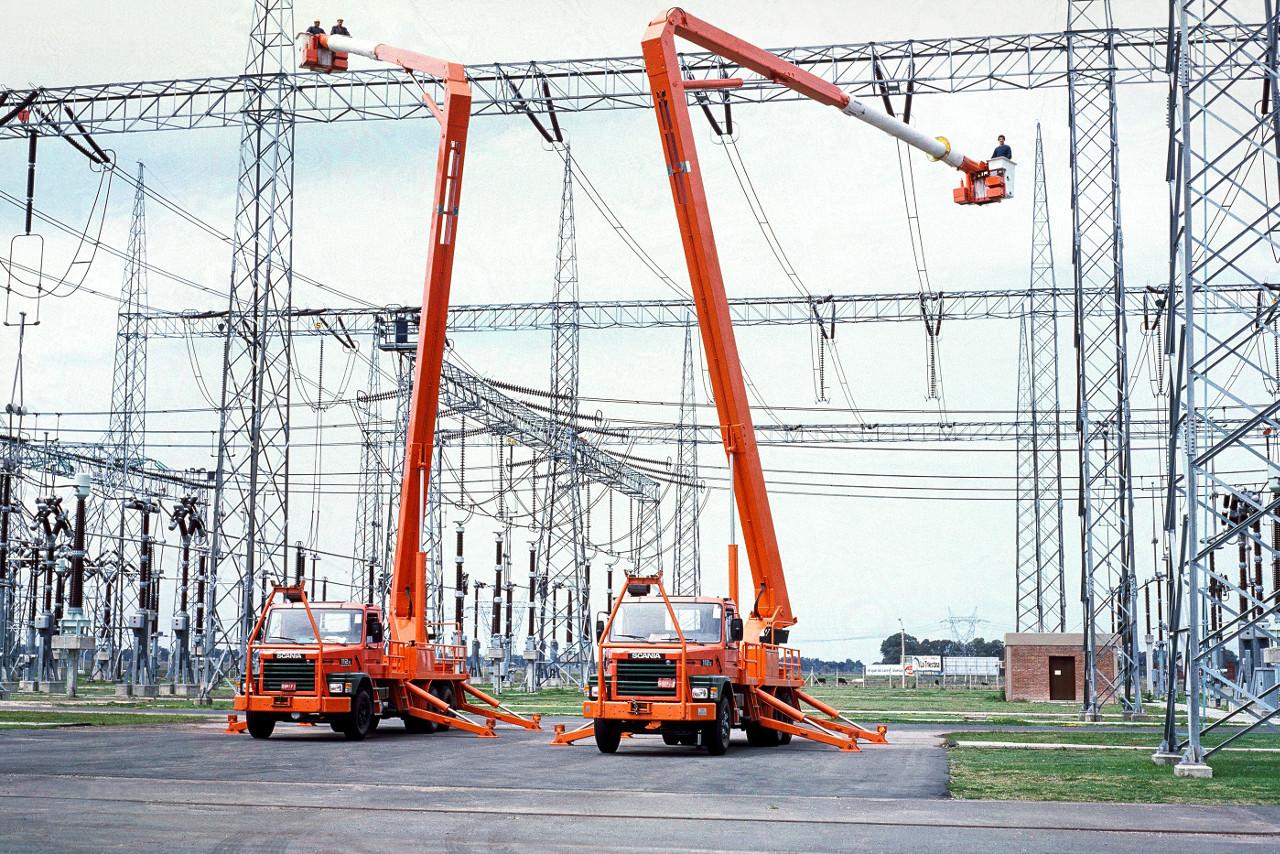 Scania 112E 6x4 emelőállvánnyal, argentínai erőmű építésekor