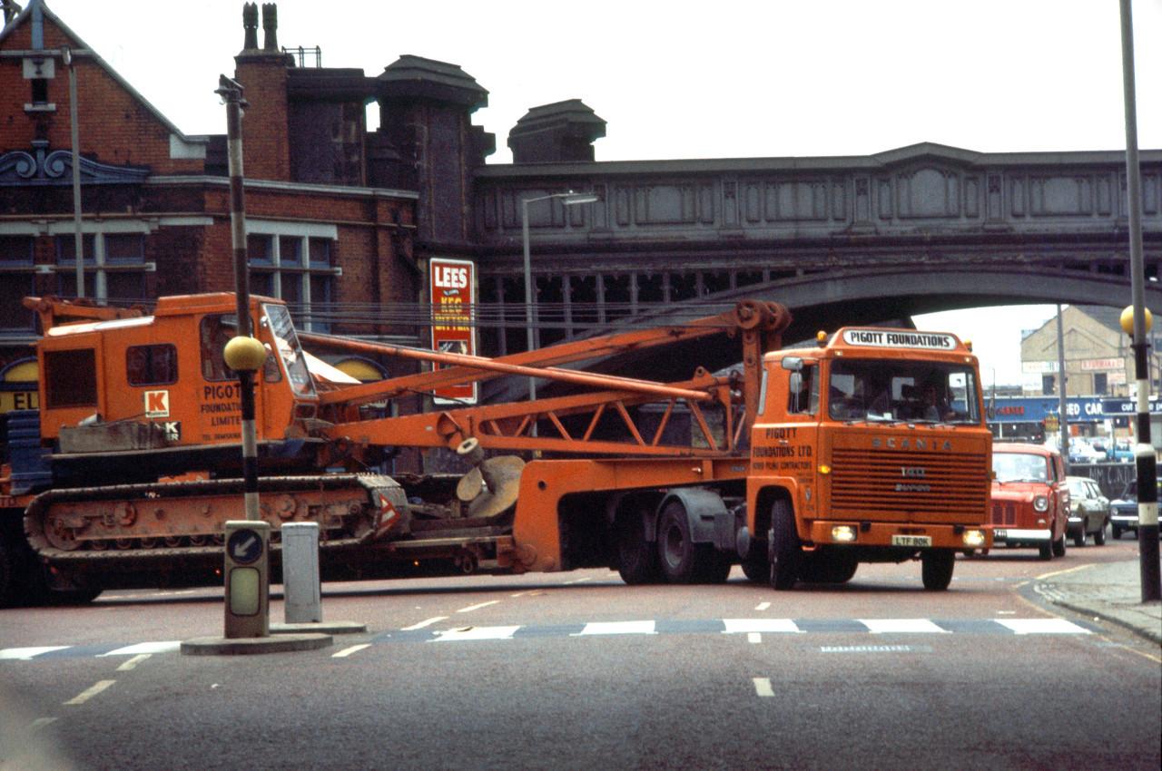 Nehézgép-szállítás Angliában, a hetvenes években, már bulldogfülkével