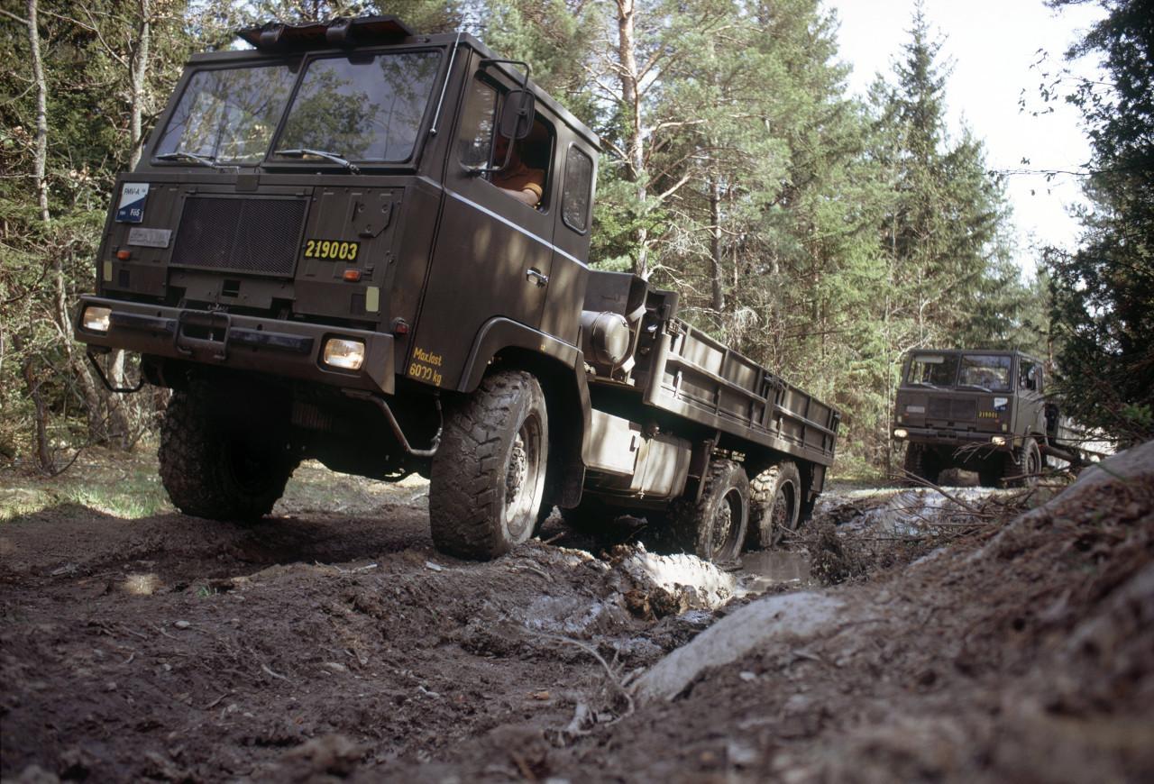 Két SBAT 111 6x6 katonai jármű, Svédország erdeinek mélyén, a ?80-as években