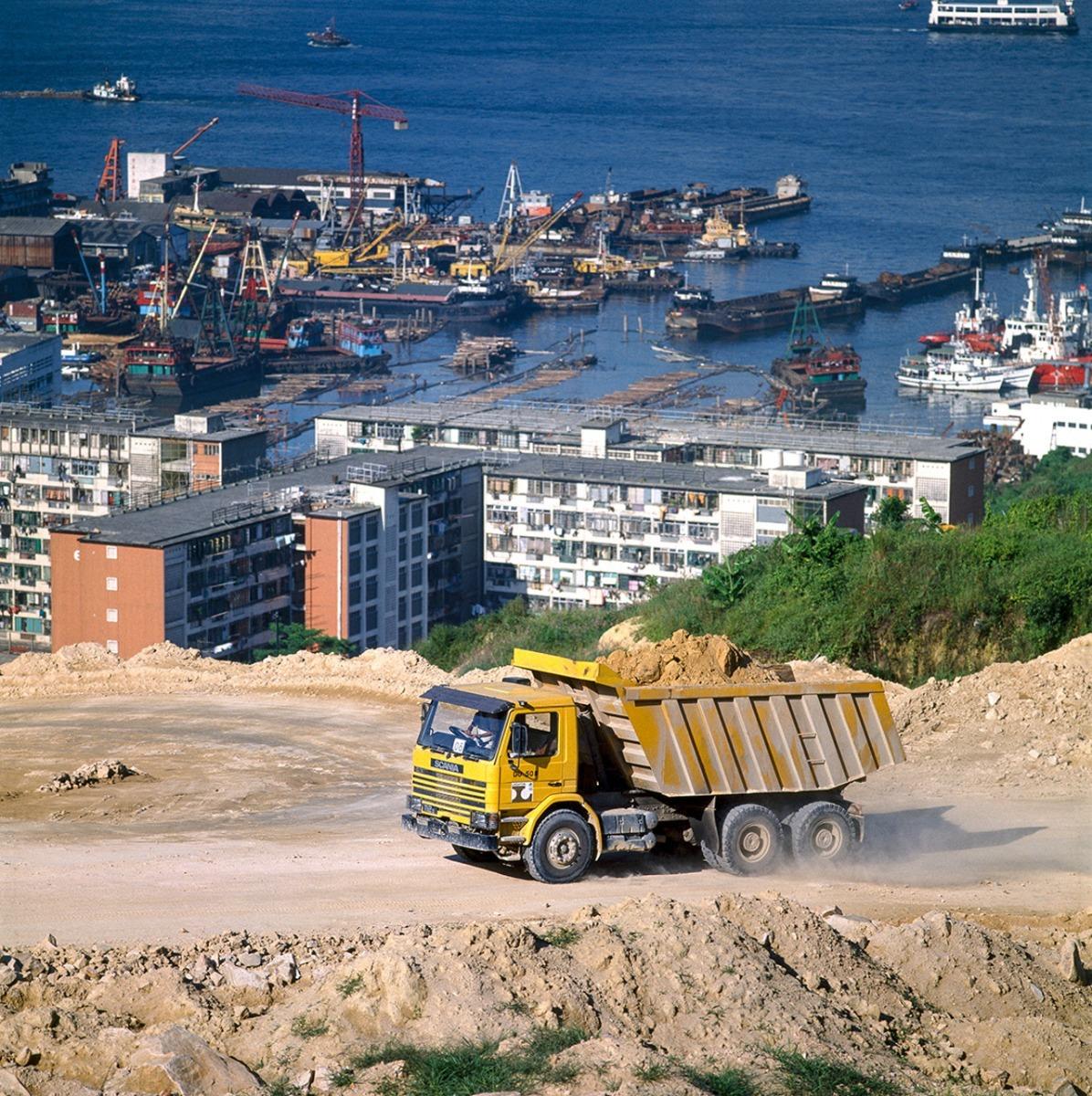 Tereprendezés Hongkongban, 6x4-es hajtásképletű Scania 112 E-vel